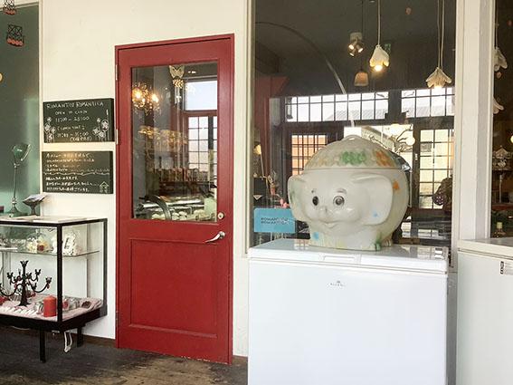 ロマロマ入り口赤い扉の写真
