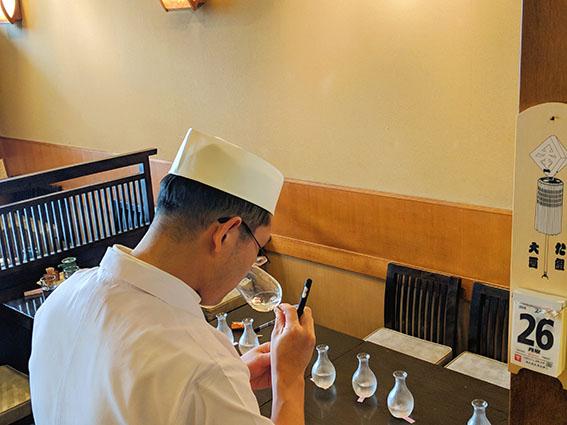 日本酒応援団酒を鑑定するようす