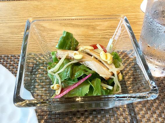 チャーシューと豆もやしのピリ辛和えのせ中華サラダ