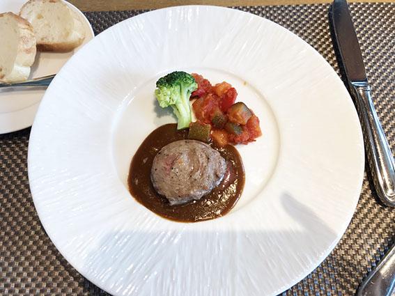 牛肉のロールステーキ 夏野菜添え