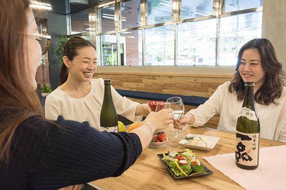 日本酒をのむ女性の写真