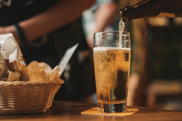 ビールをつぐ画像