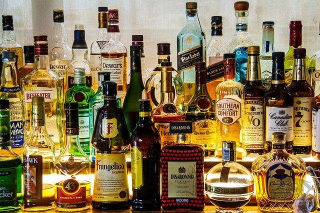 いろいろな酒が並ぶ写真