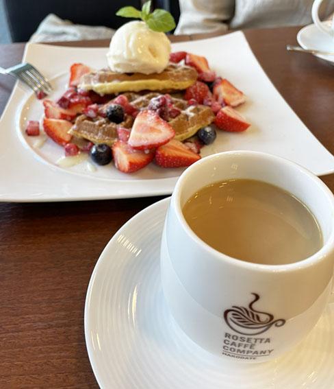 ロゼッタカフェカンパニーのコーヒーといちごワッフルの写真