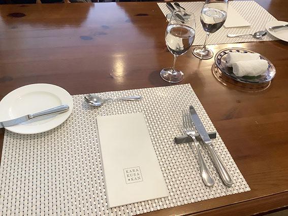 唐草館のテーブル上の写真