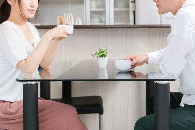 夫婦で話し合いをしている写真