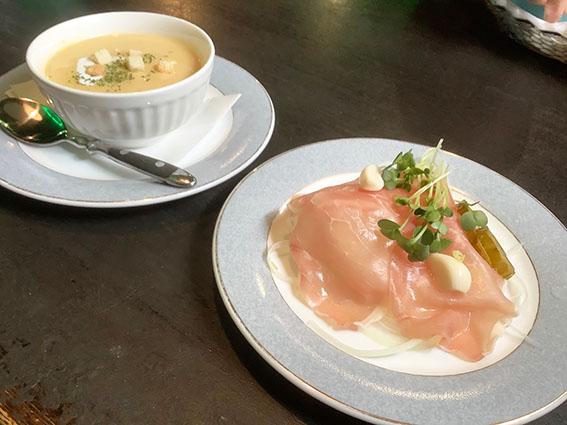 セットの前菜とスープ写真