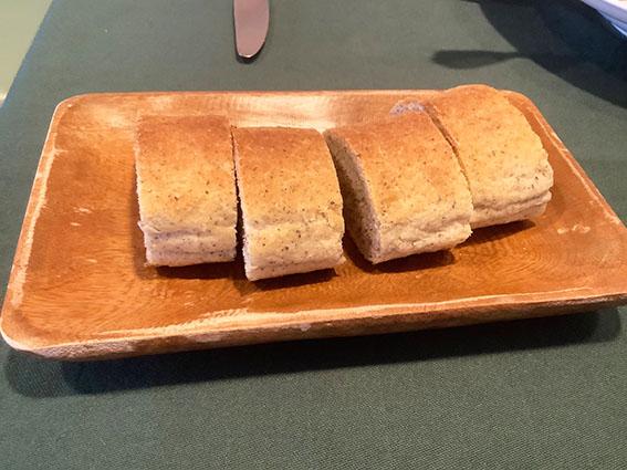 レストラントウイの自家製パンの写真