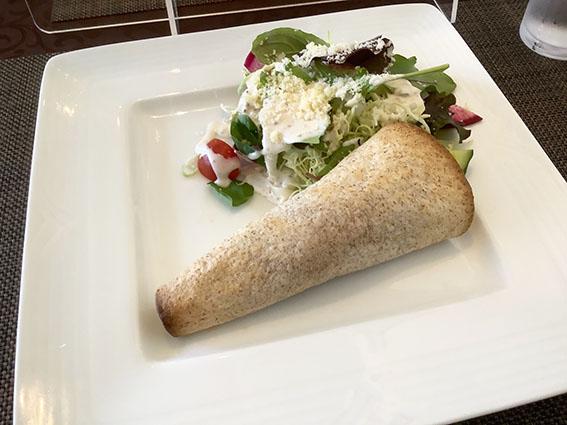 ノッシュのサラダとロールピッツァの写真