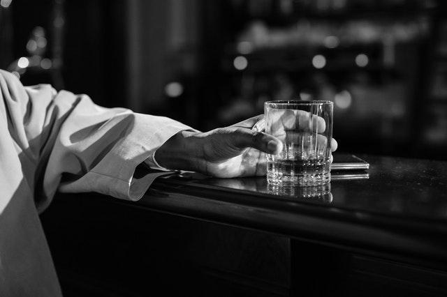 寝酒とは就寝前の酒の画像