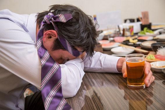 酔っ払いの男性の写真