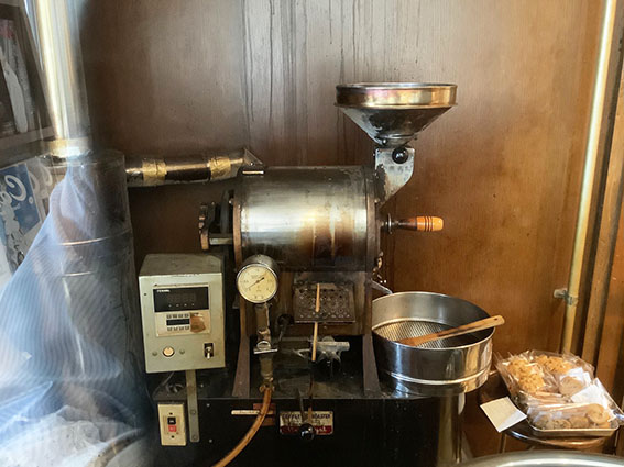 カフェツツの焙煎機の写真